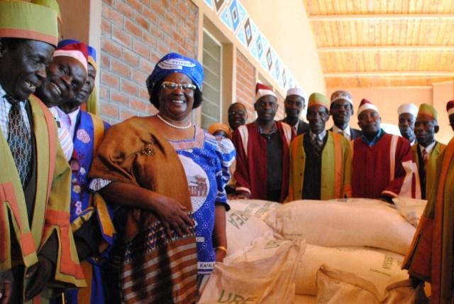 President-Joyce-Banda-donates-fertilizer-to-Chiefs-of-the-eastern-region-in-Balaka-on-Sunday.-pic.-govati-Nyirenda-MANA.